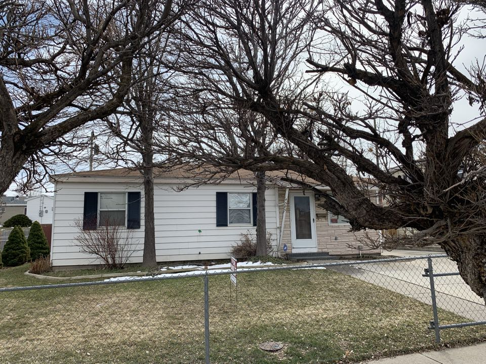 Salt Lake City, UT - SELL MY HOUSE FAST. This Kearns property is in need of some updating and repairs. After walking through the house with the seller we were able to give them a cash offer on the spot. We are looking forward to doing business together.