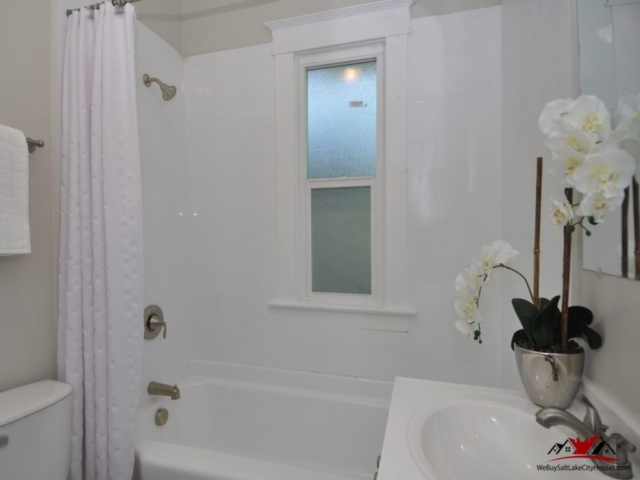 1515 Indiana Ave Salt Lake Table Bathroom